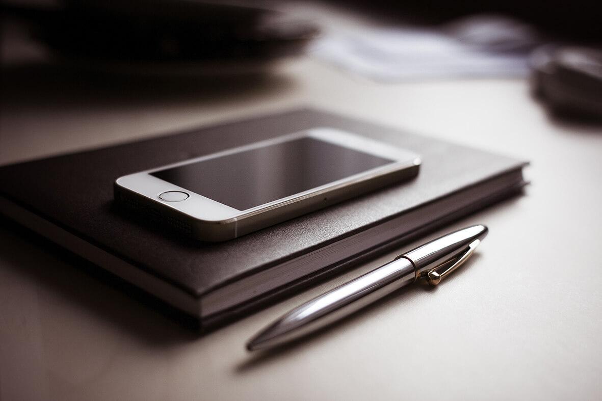 Notizbuch und Iphone